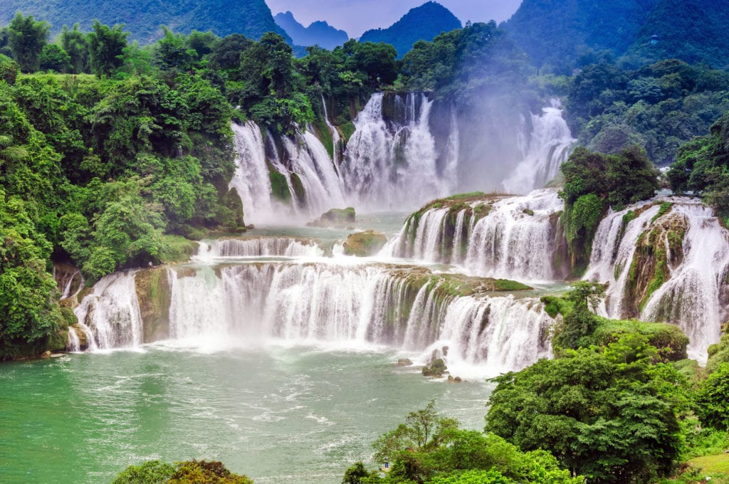 The Detian-Banyue Falls is actually two waterfalls. Located between the Karst Hills of Daxin County and Trung Khanh District, the two waterfalls share a border between China and Vietnam.